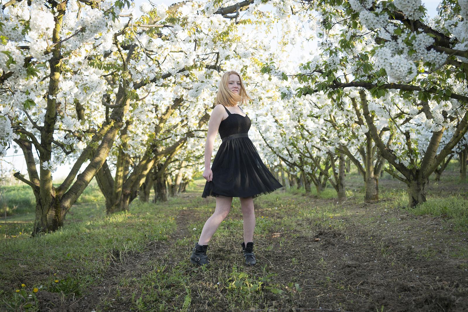 jeune fille dans un cerisier en fleur