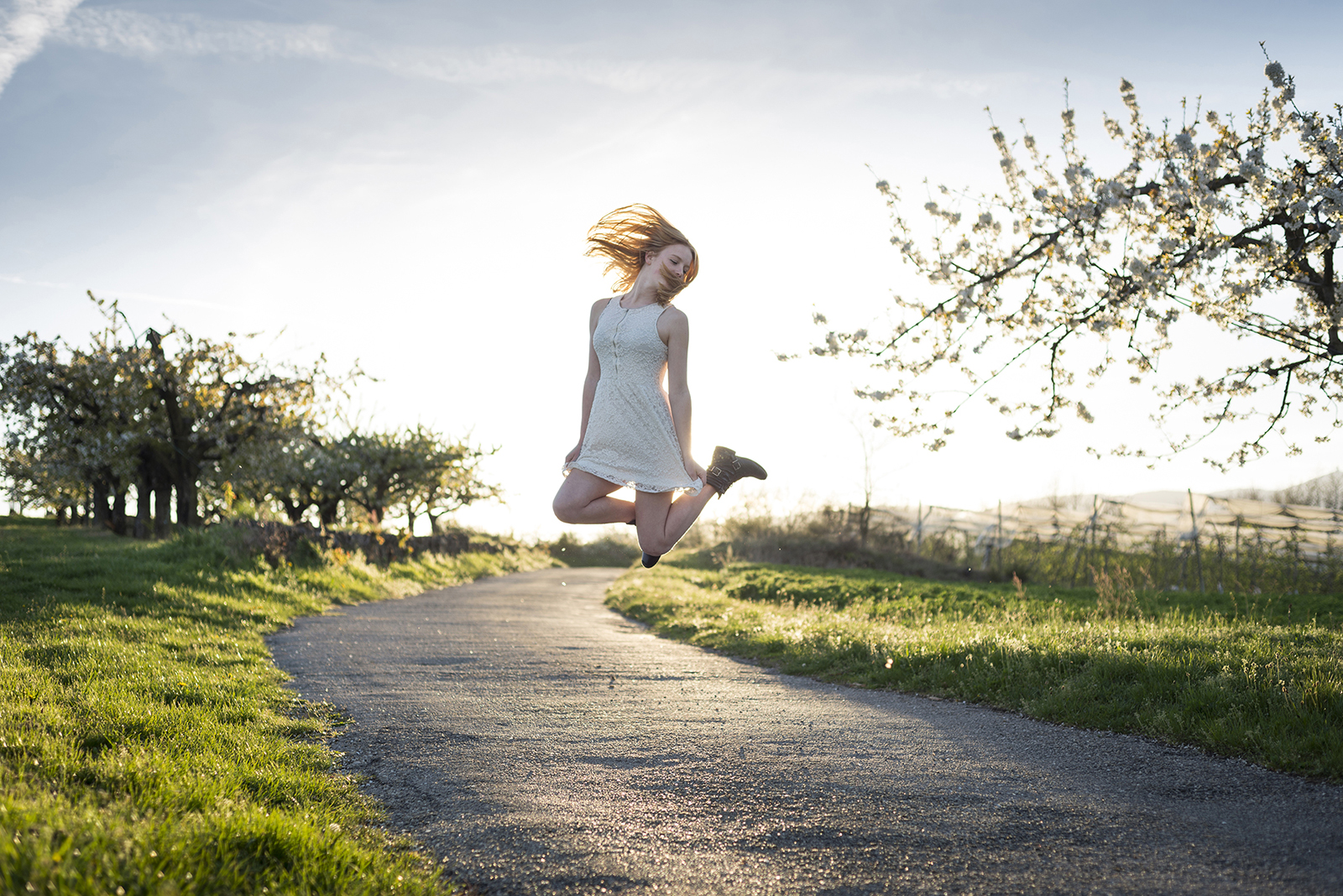 jeune fille qui saute