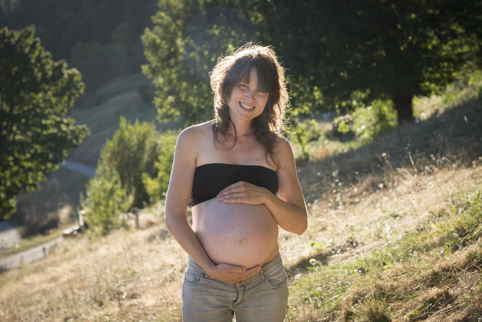 femme enceinte au coucher du soleil
