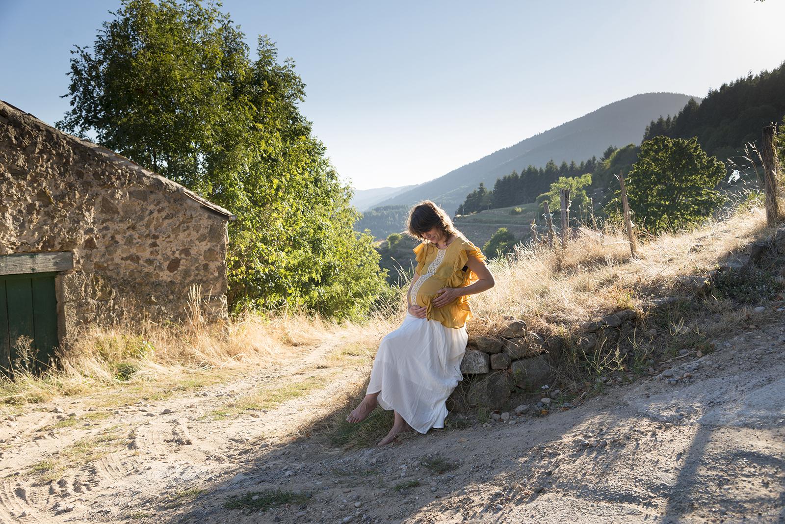 femme enceinte au coucher du soleil dans hameau ardechois