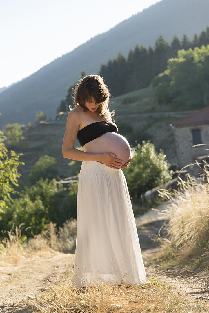 femme enceinte au coucher du soleil montagne