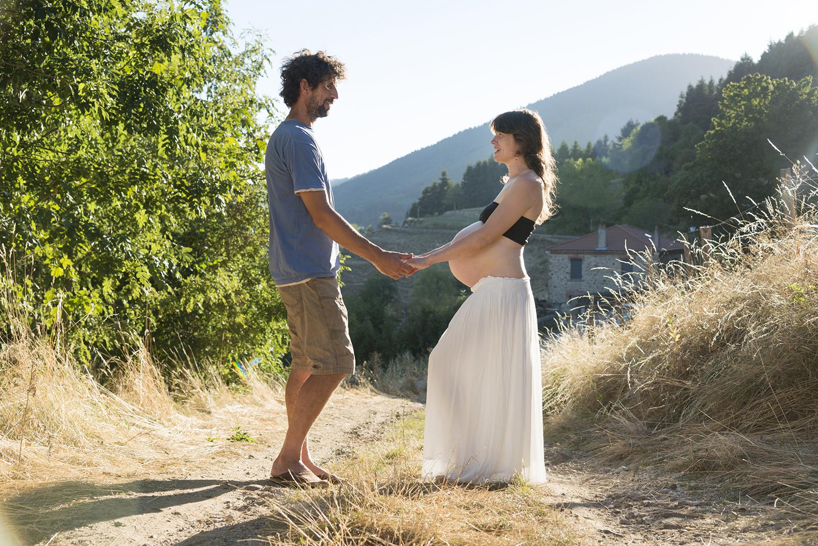 femme enceinte au coucher du soleil grossesse