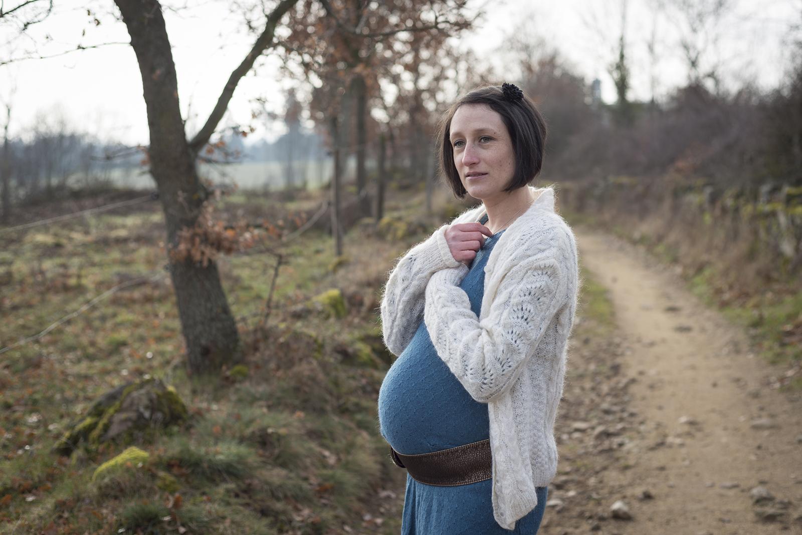 femme enceinte en hiver sur un chamin de campagne