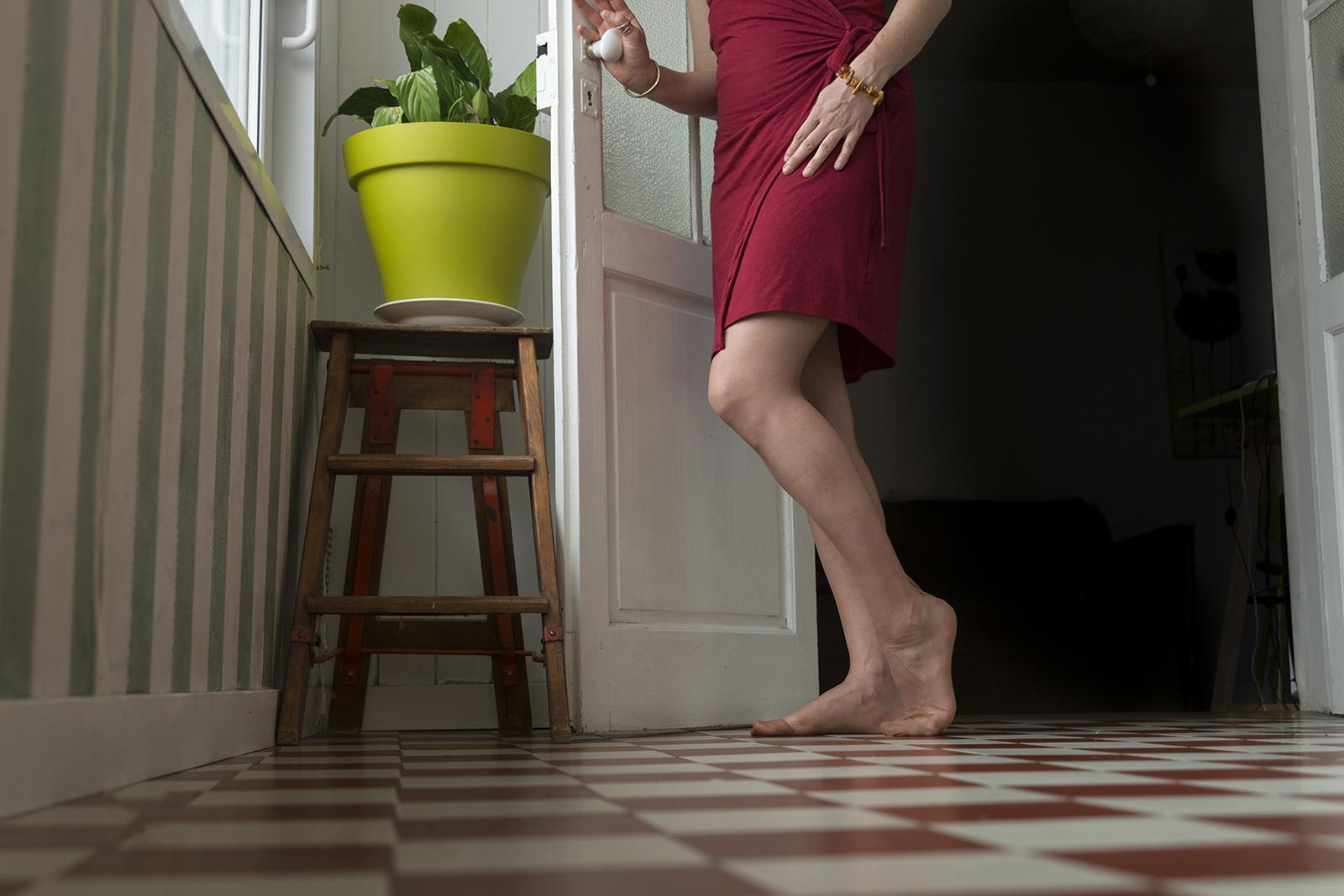 jambes de femme sur carrelage damier
