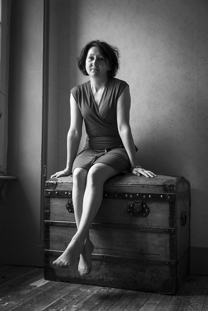 femme sur une malle en noir et blanc