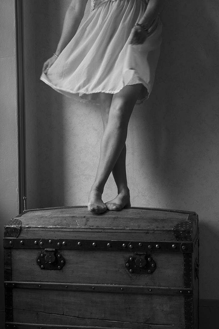 jambe de femme poetique noir et blanc sur malle