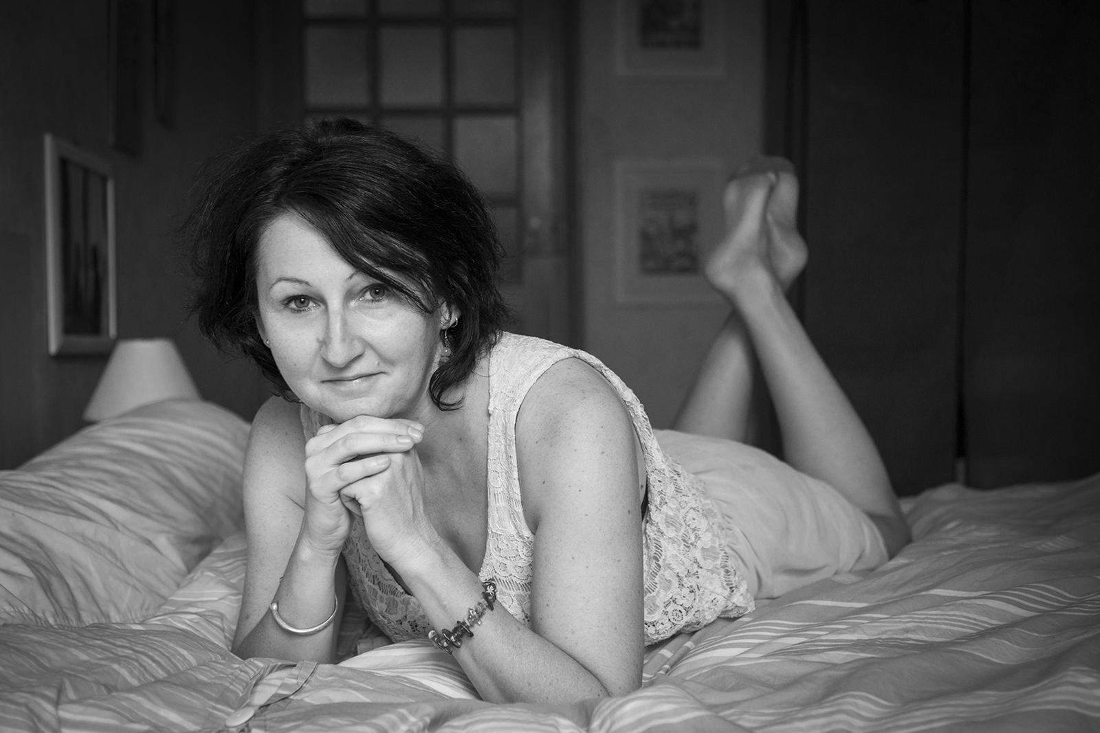 femme sur son lit noir et blanc