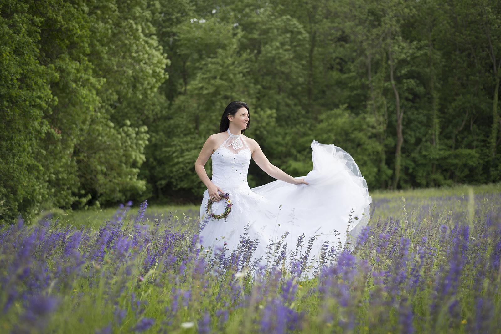 mariée qui joue avec sa robe