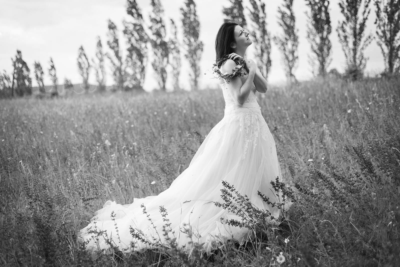 mariée seule noir et blanc