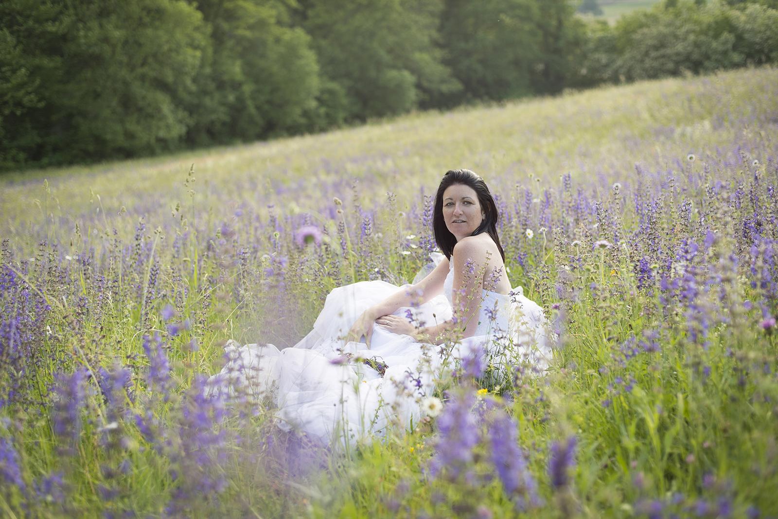 mariée dans un champs de fleurs