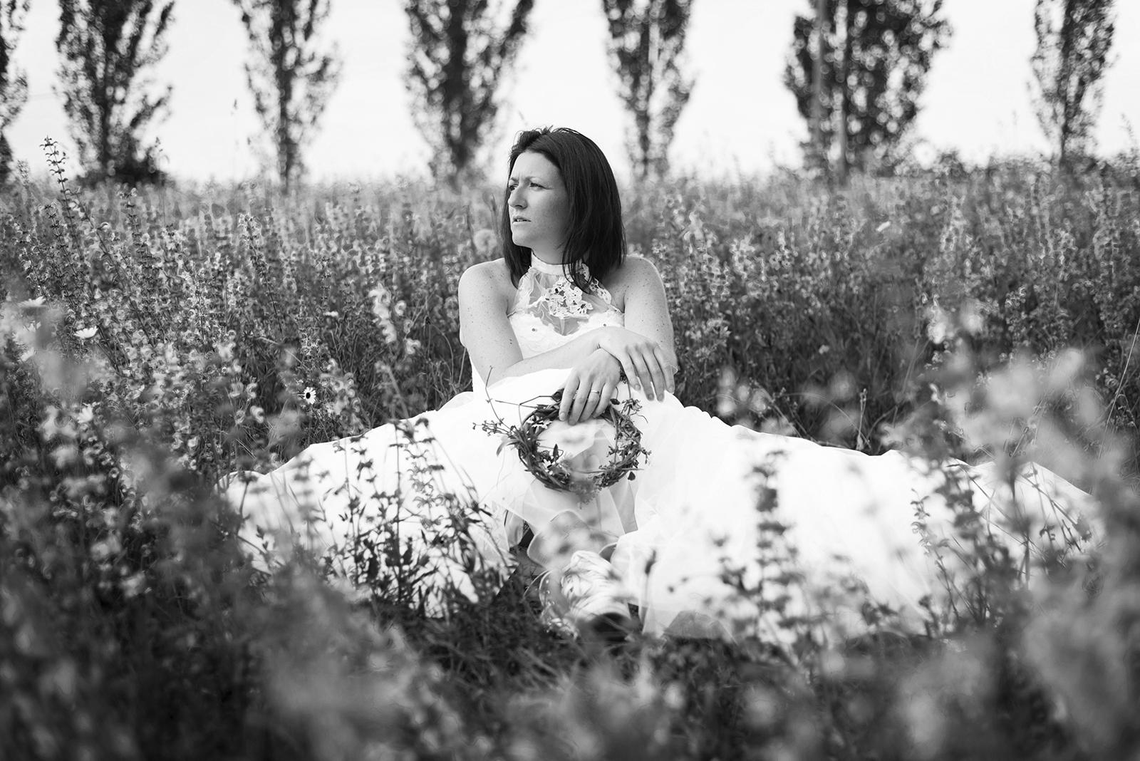 mariée assise dans l'herbe