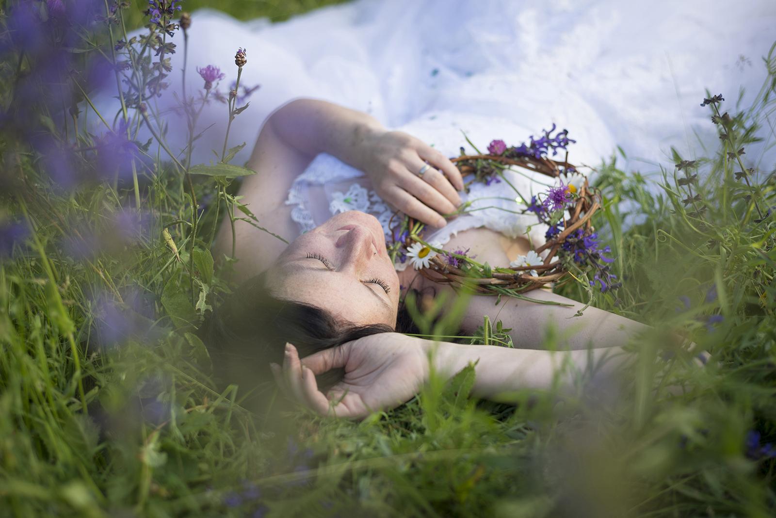 mariée couchée dans les fleurs