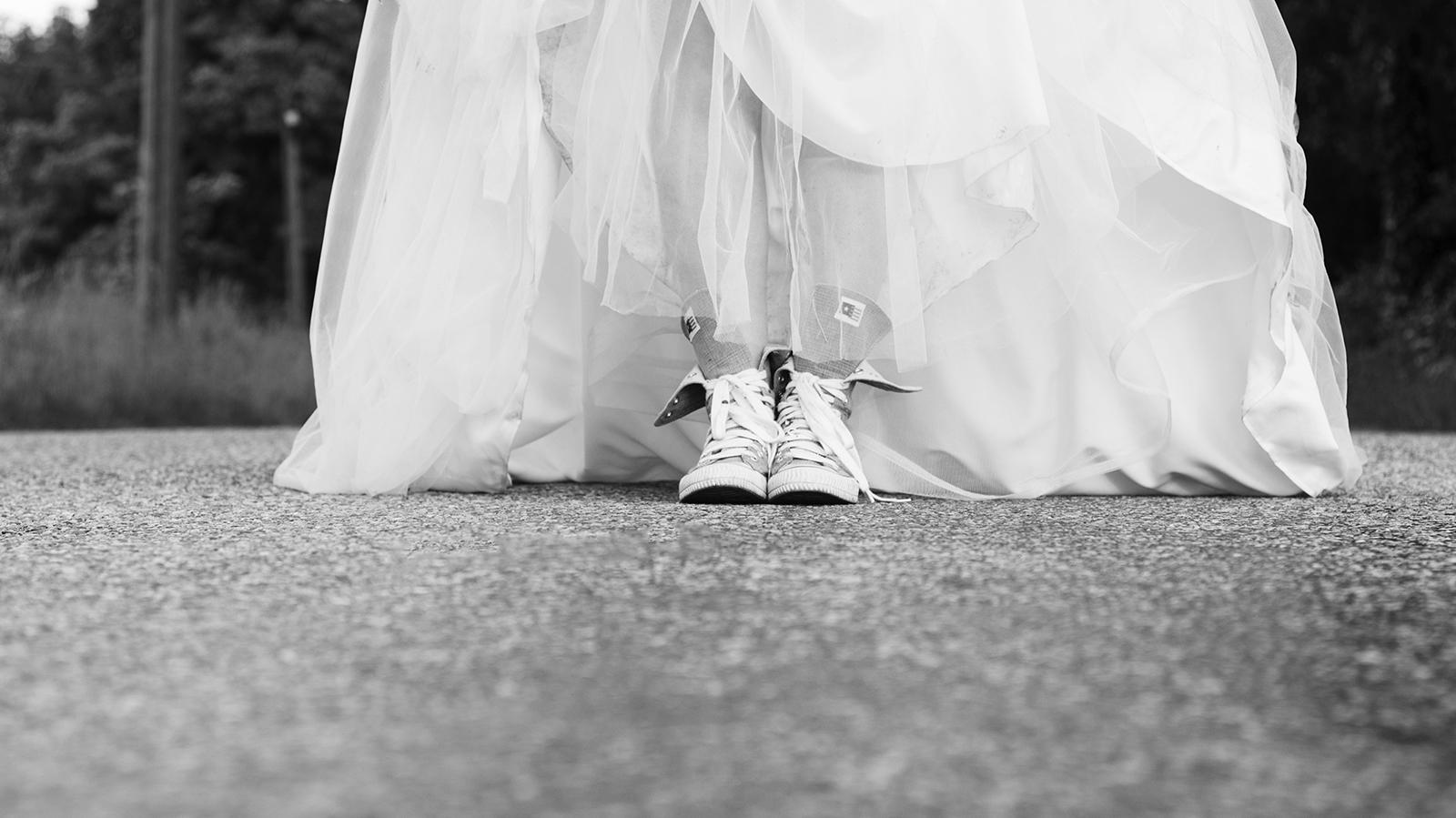 mariée en basquettes sur la route