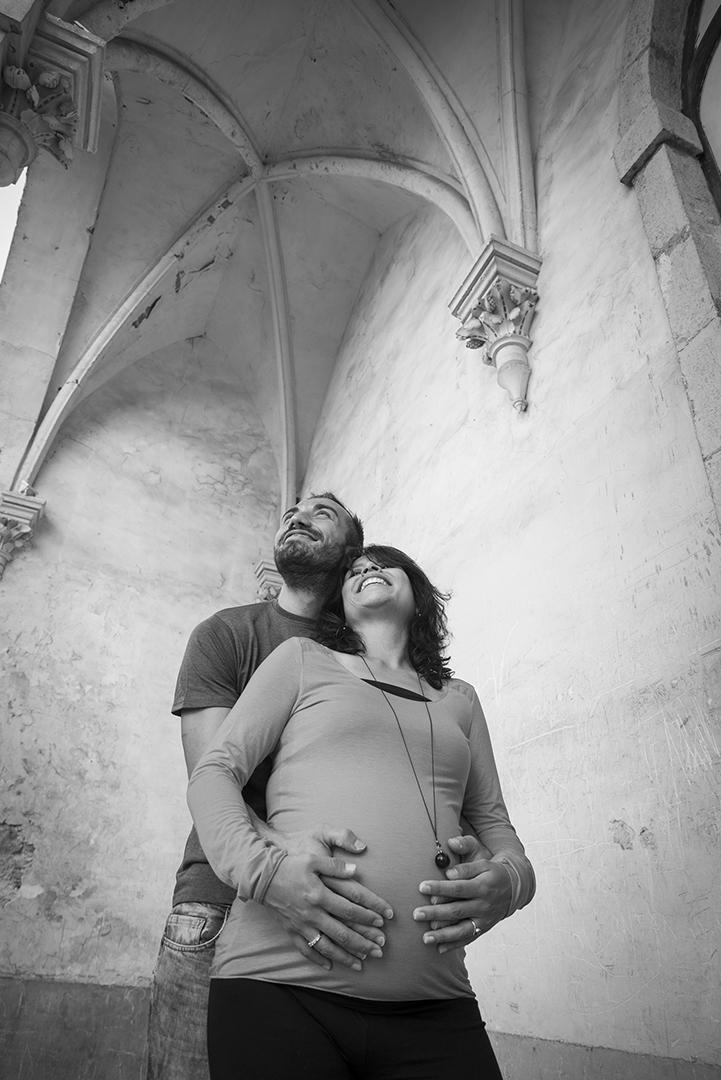 couple femme enceinte en contre plongée parvis de chapelle gothique