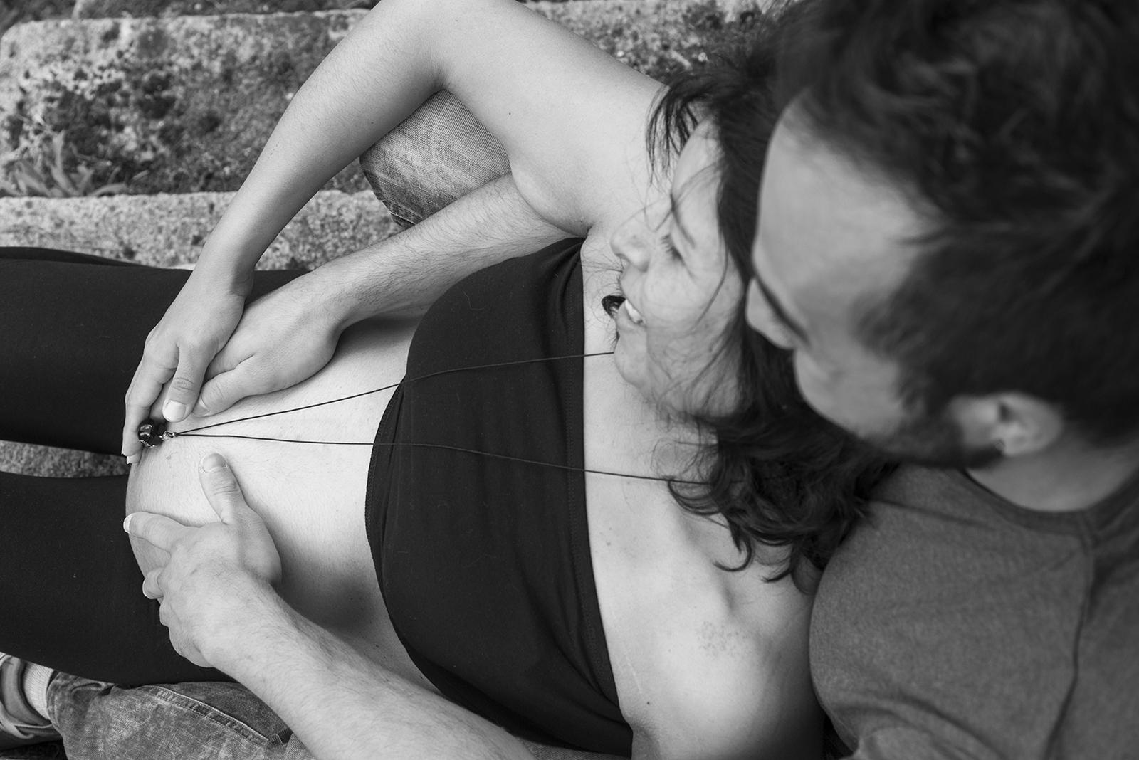 femme enceinte noir et blanc ventre vu d'en haut
