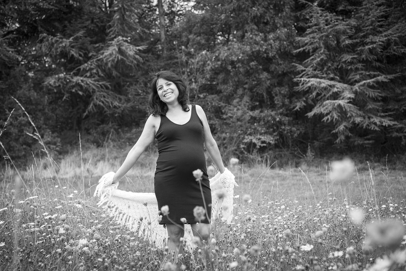 femme enceinte dans un champs noir et blanc