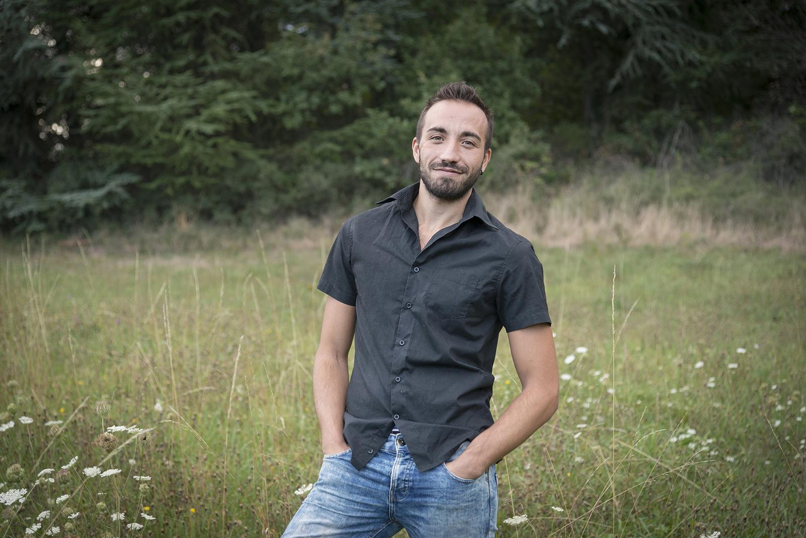 jeune homme dans un champs