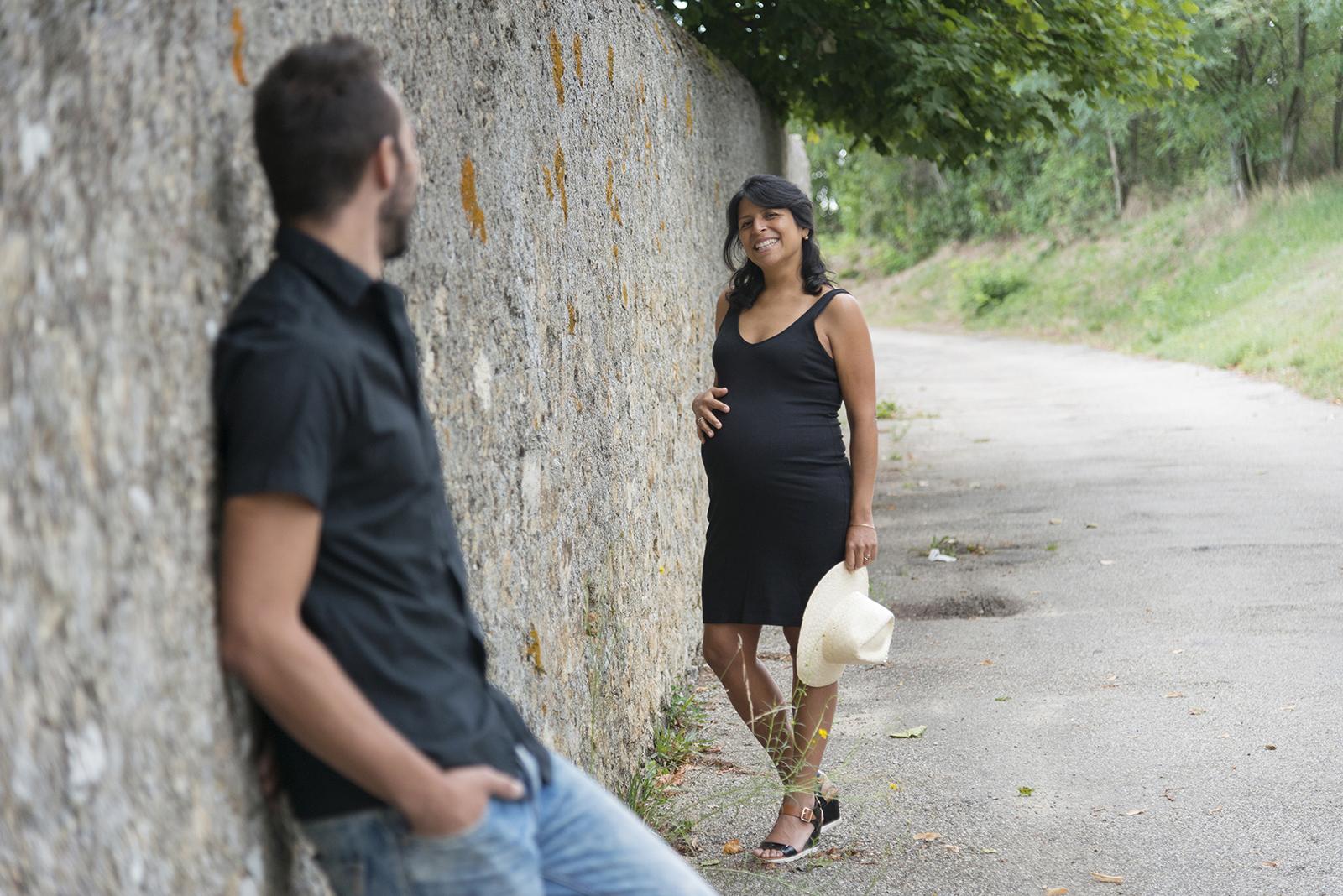 couple femme enceinte adossée à un mur