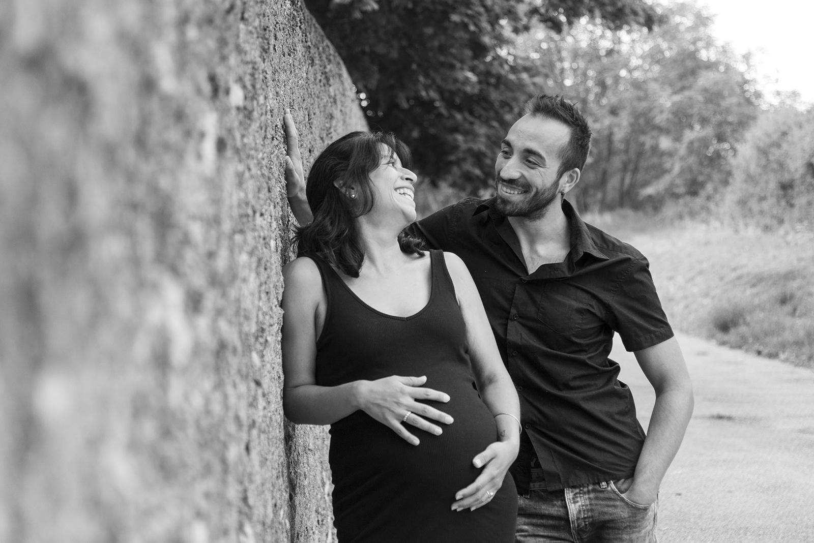 couple femme enceinte mur noir et blanc
