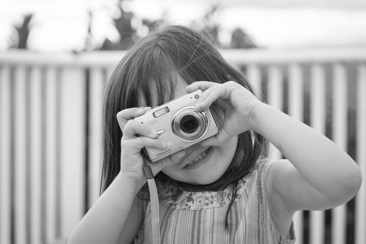 petite fille qui fais une photo