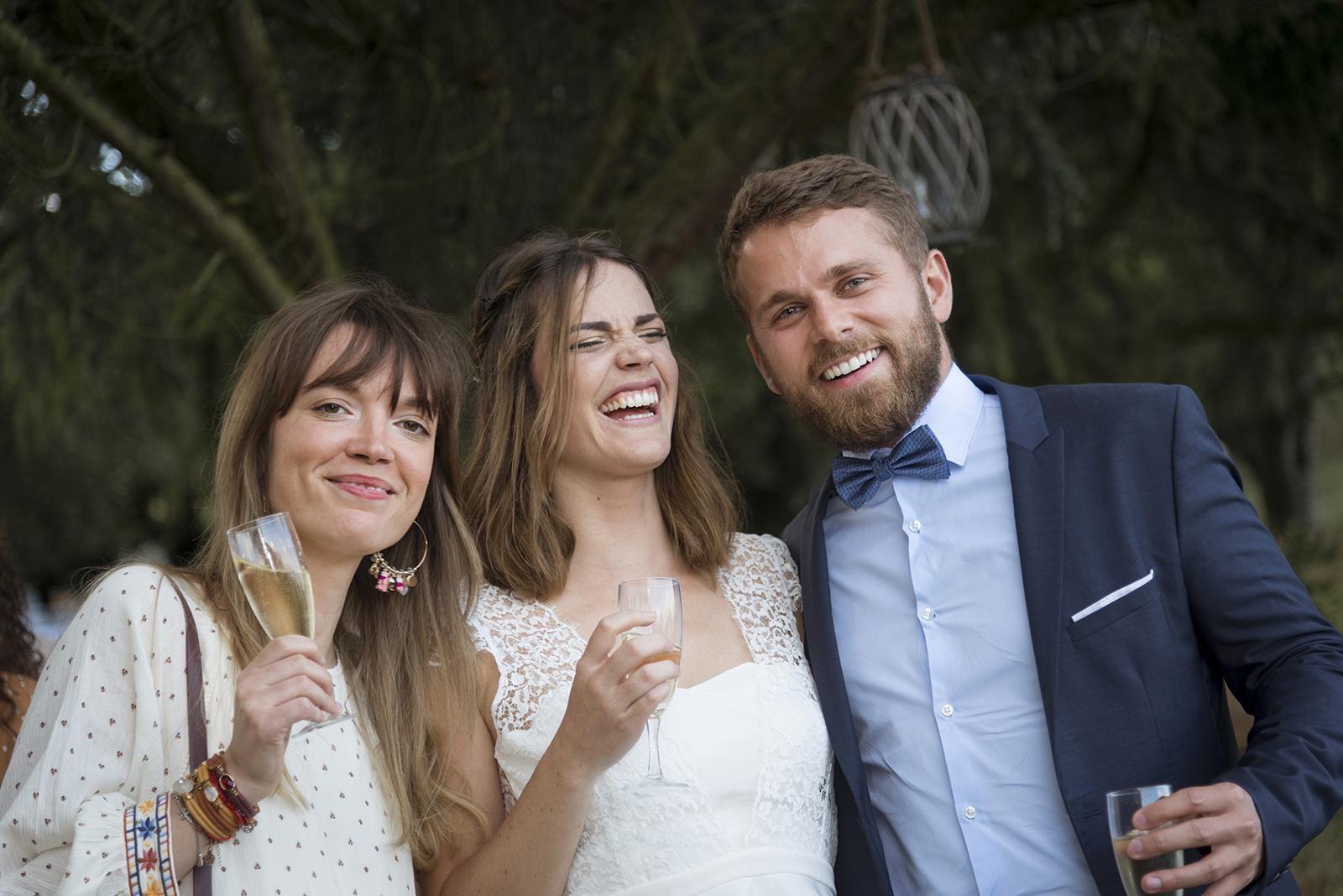 mariée qui rie avec des amis