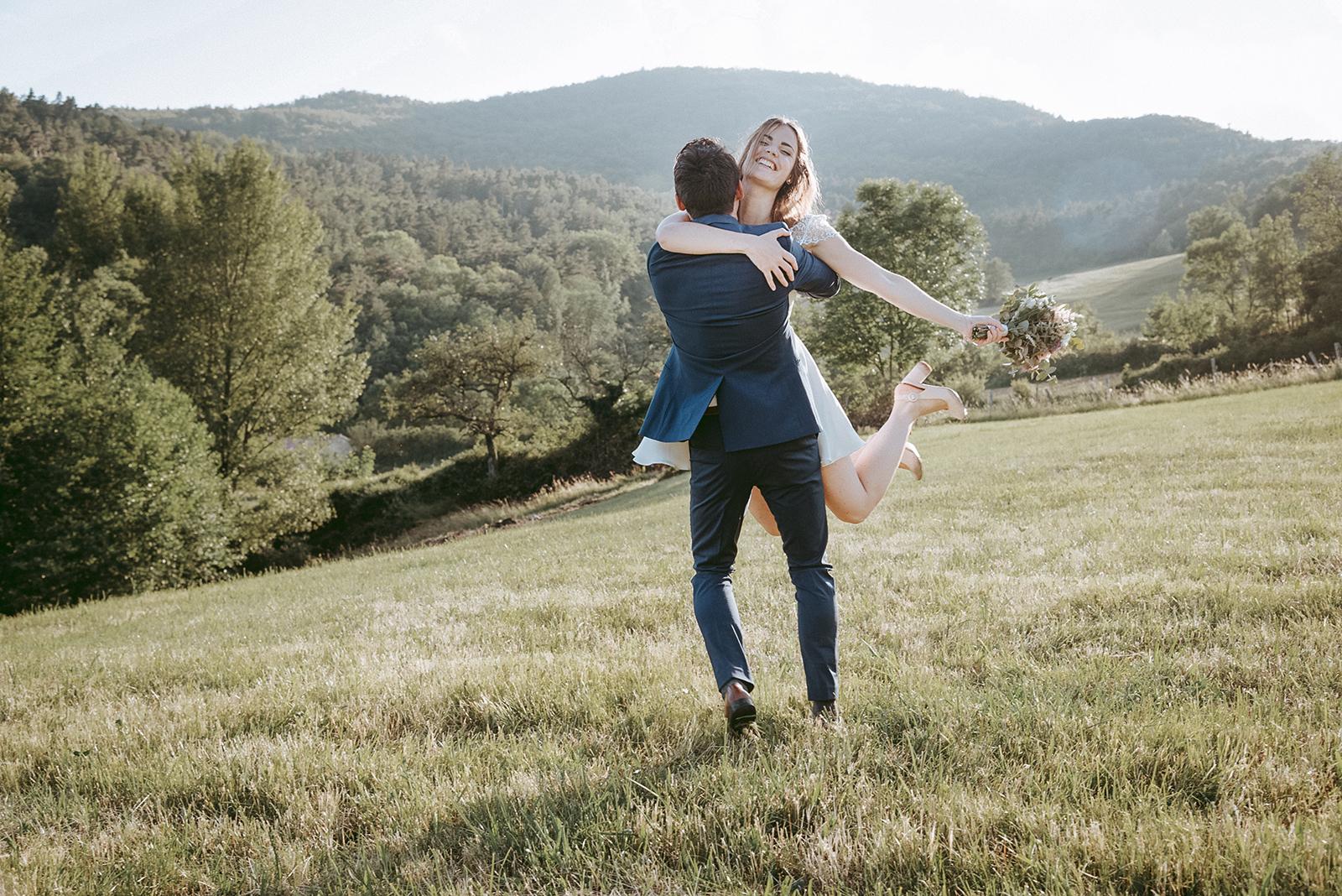 couple de mariés qui danse