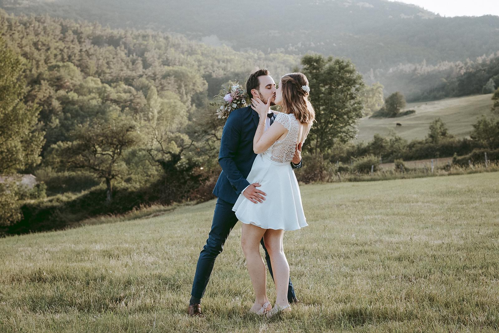 couple de marié qui s'embrasse