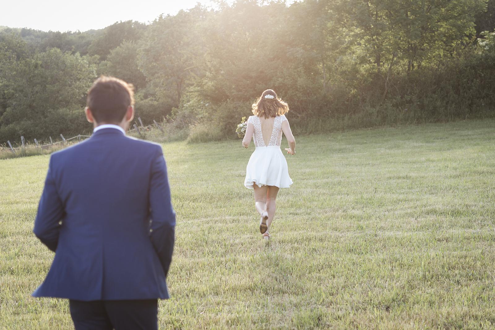 mariés de dos qui courent