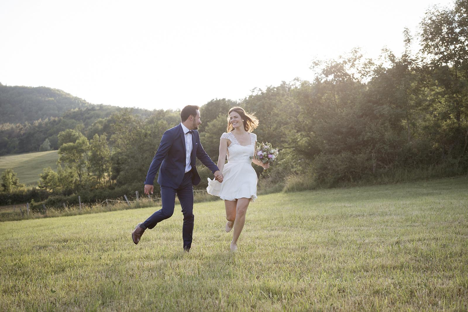 couple de mariés qui courent