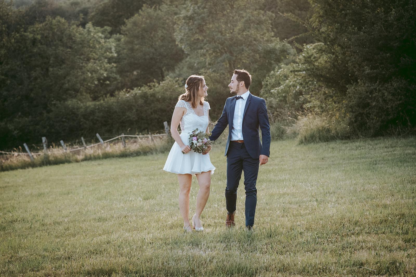 mariés qui marchent en se regardant
