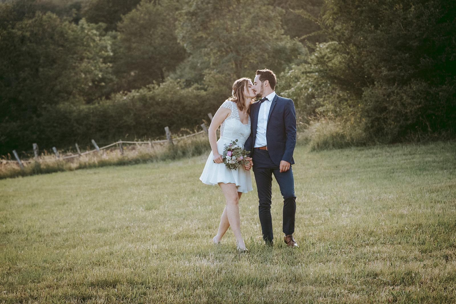 mariés qui marchent en s'embrassant