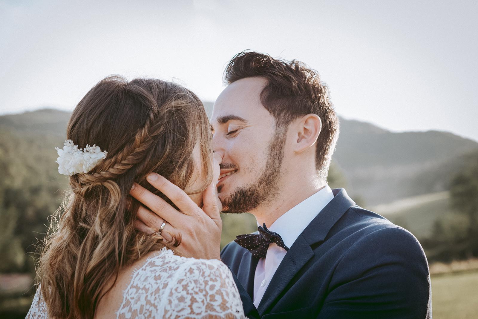 marié qui s'embrassent en gros plan