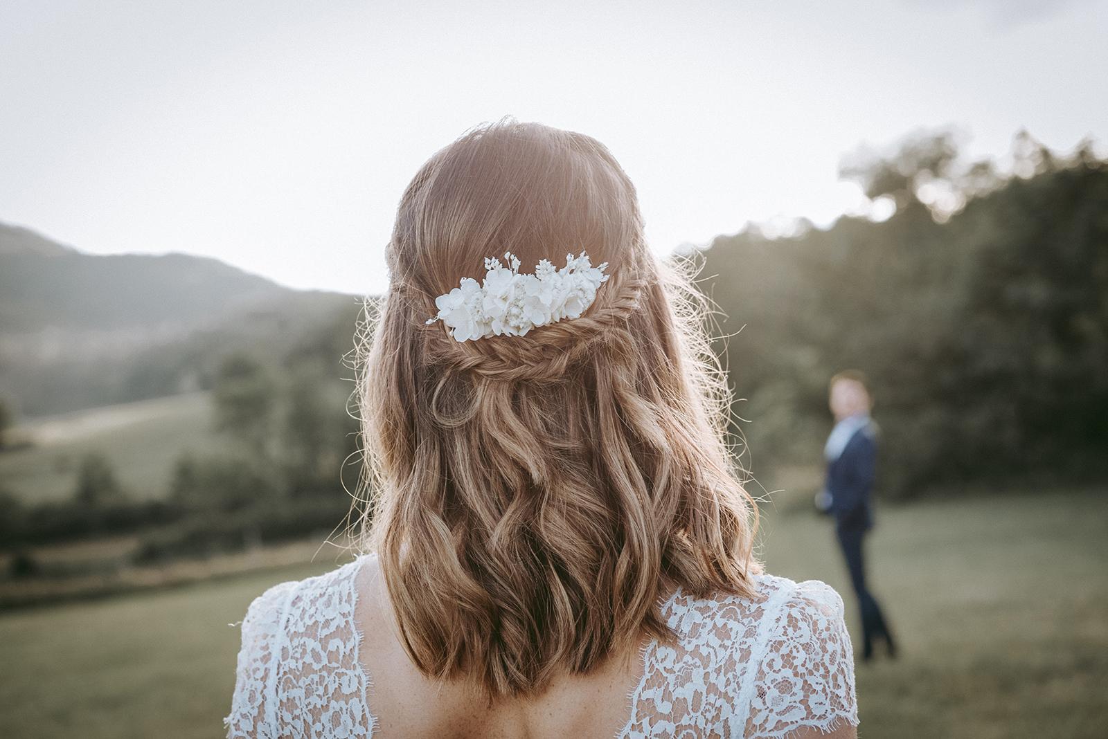 coiffure boheme de mariée et fleurs séchées