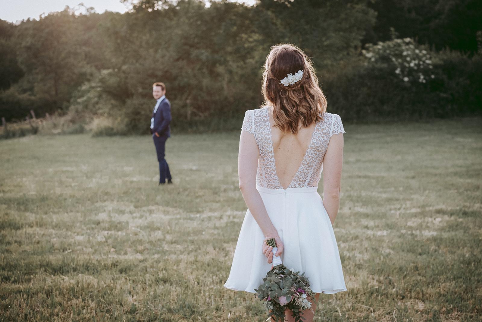 mariée en robe courte de dos