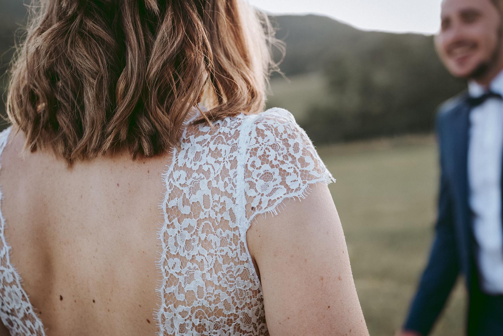 detail sur dentelle de robe de mariée