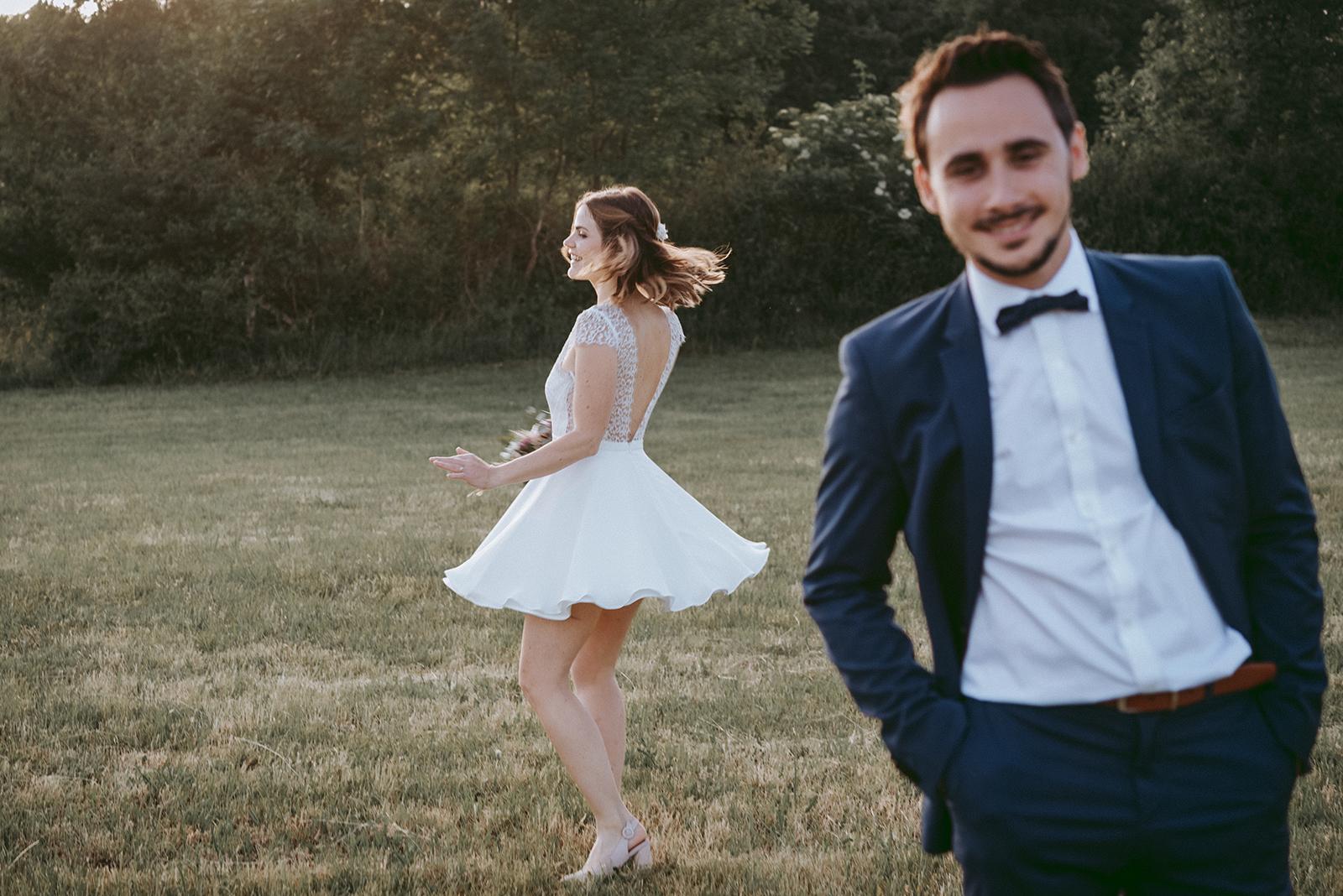 mariée qui danse derrière le marié