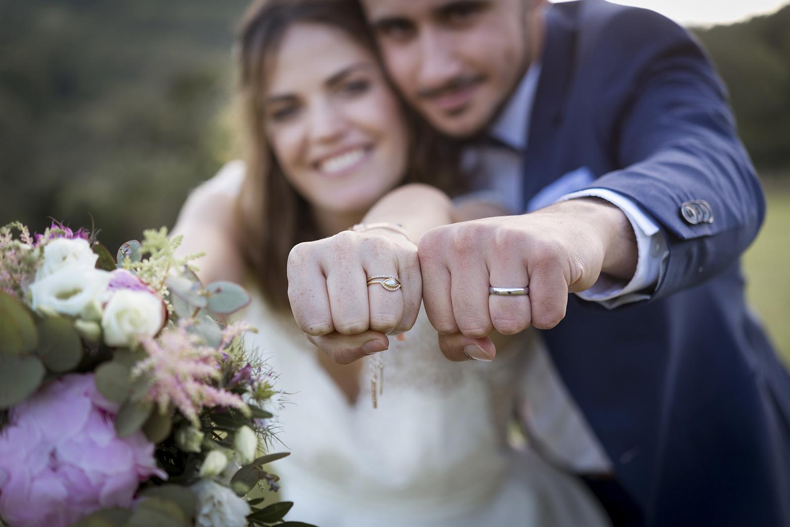 alliance aux mains des mariés poings fermés