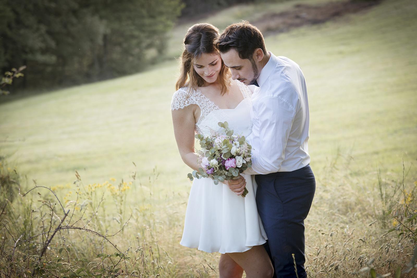 mariés qui regardent le bouquet