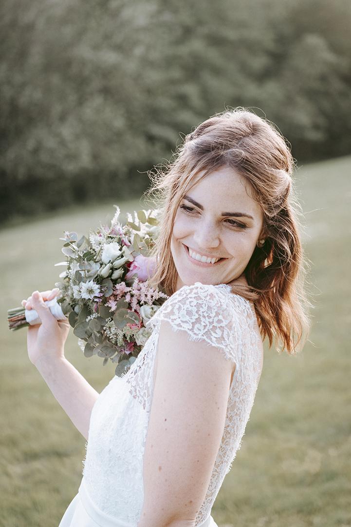 mariés avec son bouquet de pivoines