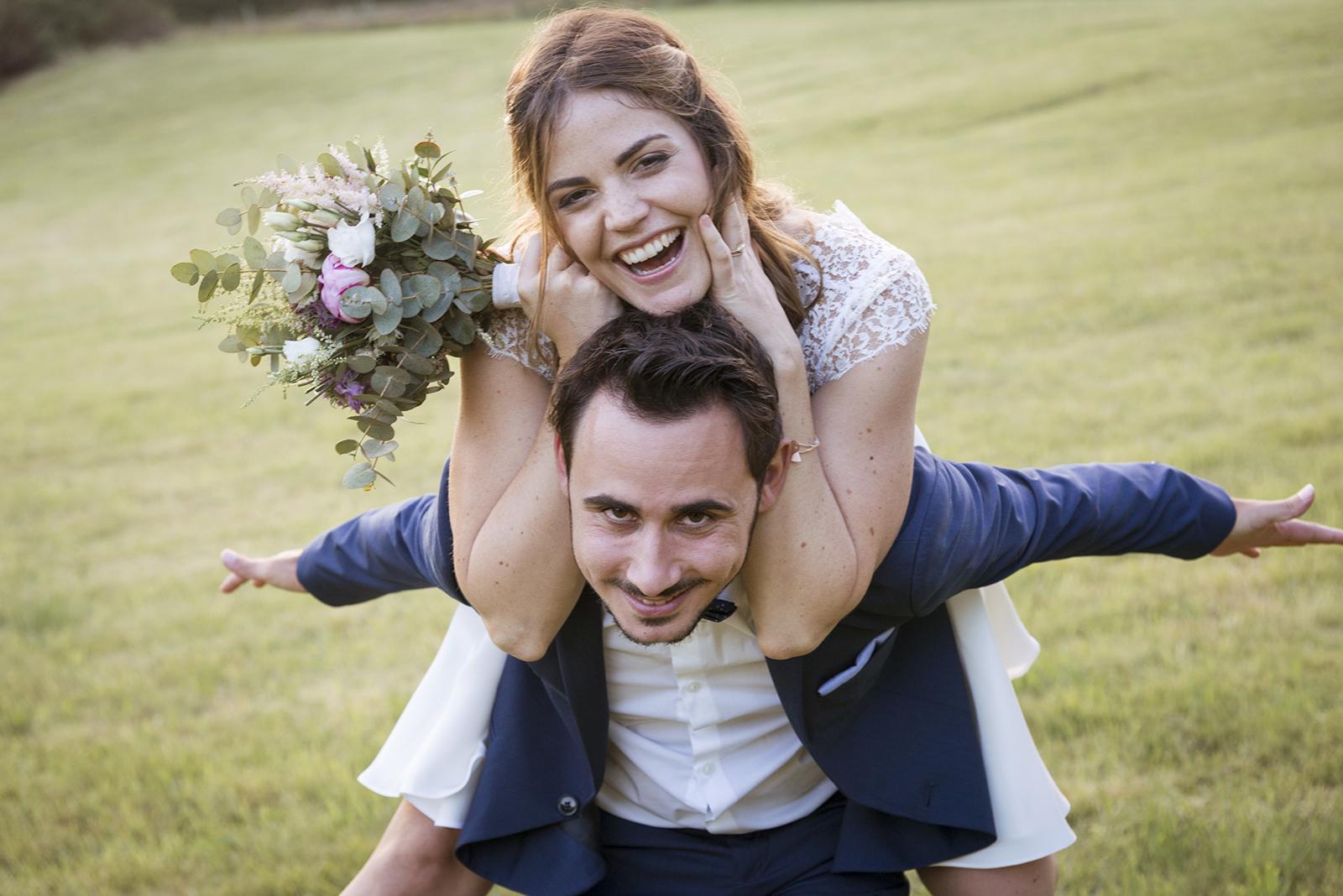 mariée sur le dos du marié
