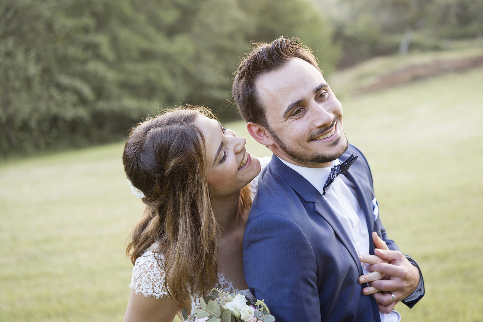 photo de mariés qui rient