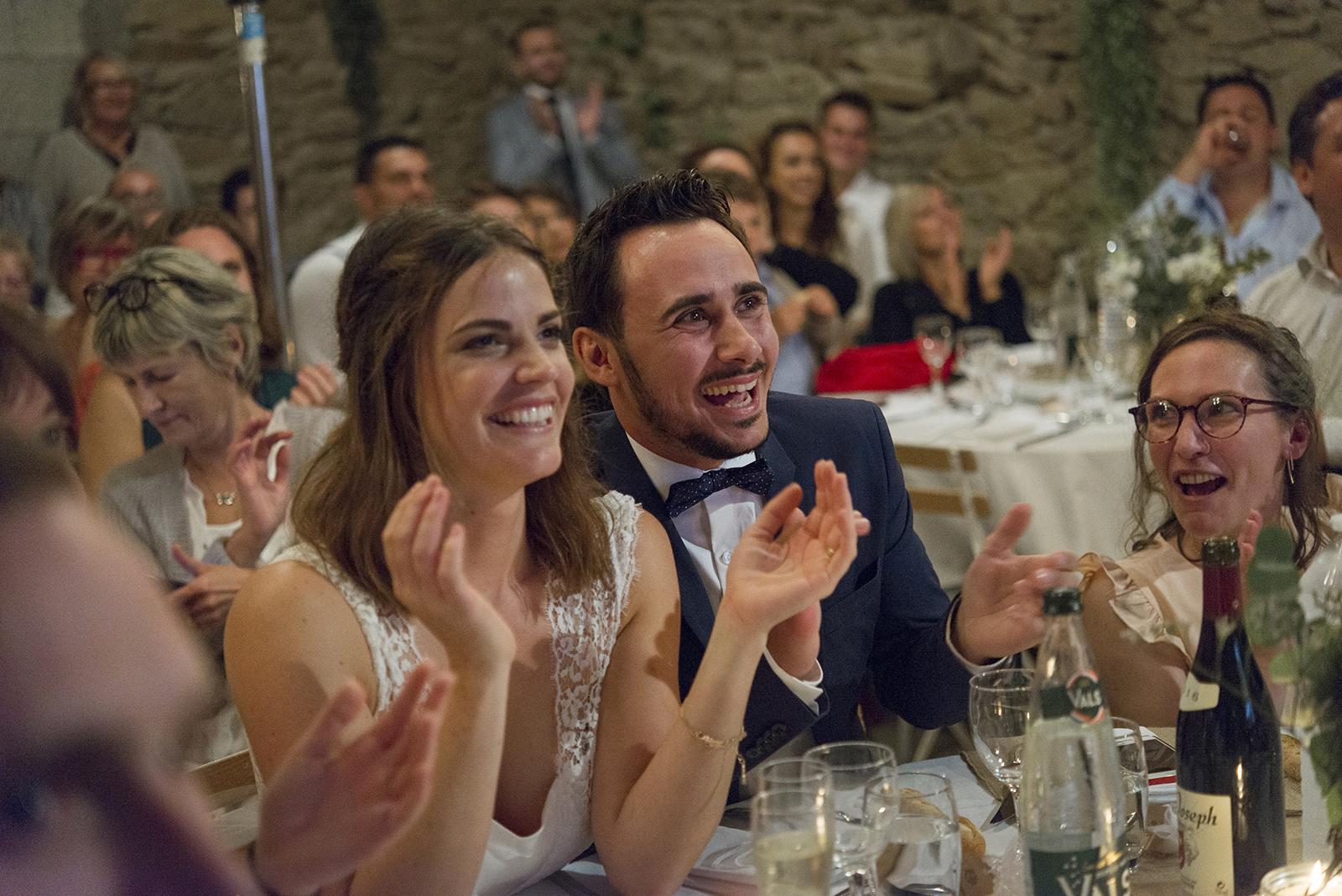mariés qui regardent un diaporama